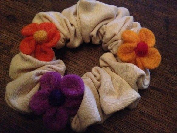 ベトナムで作られたフェルトモチーフをつかった、コットンジャージのマルチウエイ・シュシュ③です。モチーフはお花で、紫色、オレンジ色、黄色の3つです。モチーフその...|ハンドメイド、手作り、手仕事品の通販・販売・購入ならCreema。