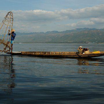Rybář s loďkou na jezeře Inle