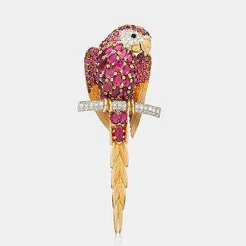 BROSCH i form av en papegoja med rubiner samt åttkantsslipade diamanter.