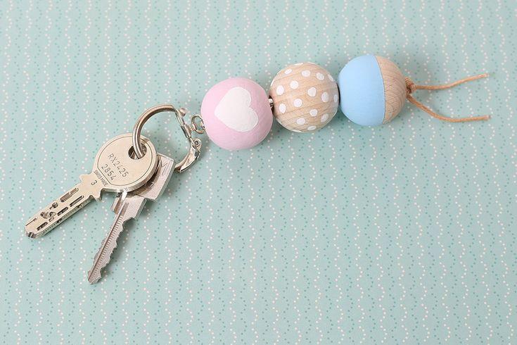 Ein originell und individuell gestalteter Schlüsselanhänger ist ganz einfach selber herzustellen. Und das perfekte Geschenk. Zum Beispiel für den Muttertag!