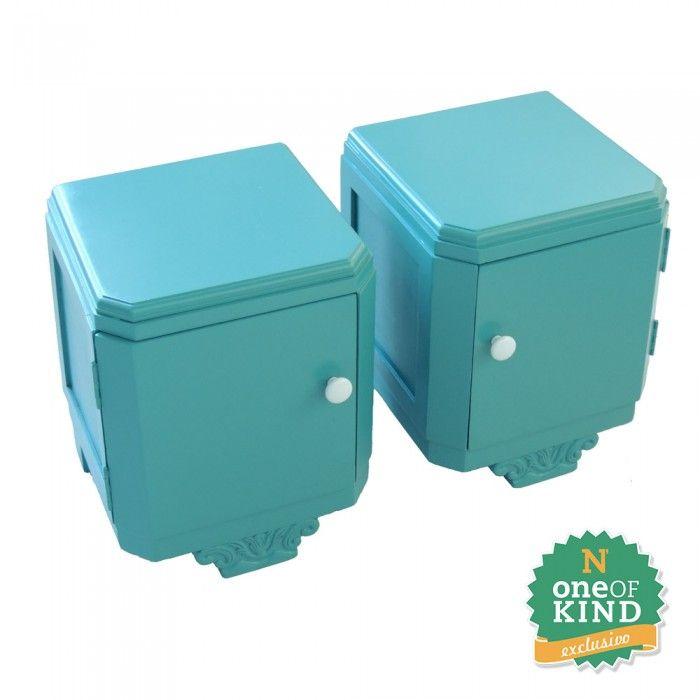 Par de Criados em laca verde, estilo peniqueiro restaurados com acabamento em laca verde/azulado, possuem portas com puxadores em cerâmica. Leves e versáteis é a pedida ideal para um quarto despojado.