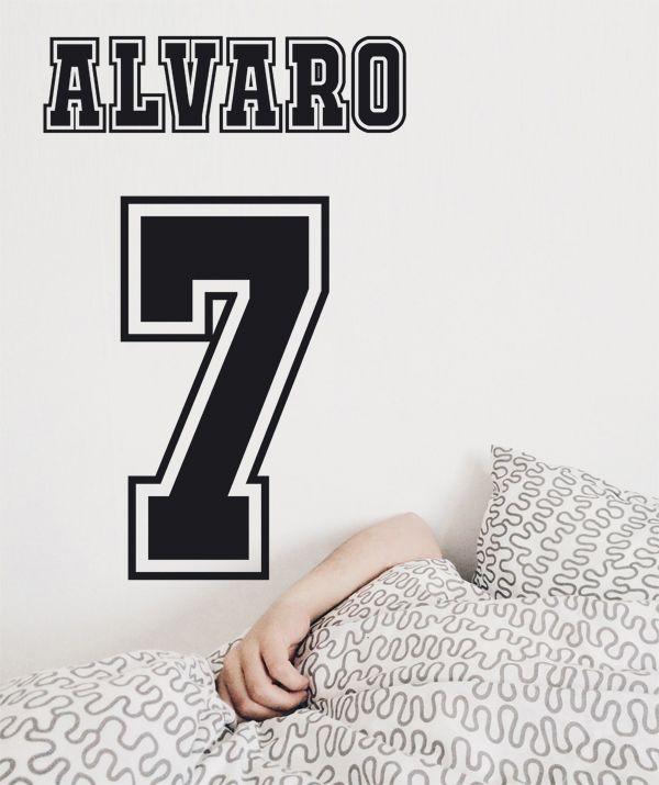 Regalos para deportistas Personaliza su dormitorio con nuestro sticker especial con el número de su jugador favorito y su nombre en el color que prefieras.