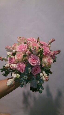 Mooi bruids boeket met heaven roos senorita roos rose sneeuwbes en eucalyptus. Gemaakt bij www.bloemenweelde-amsterdam.nl