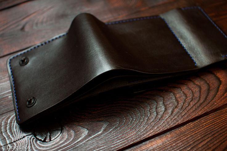 Вместительное портмоне средних размеров. Два отдела под наличные, 4 отдела под карты, один карман под мелочь и один потайной карман. Цвет нити меняется по желанию заказчика, доступно более 40 оттенков. #leather #dragunov #workshop #handmade #leathergoods #purse #mans #craft #портмоне #мужское #кожа #ручнаяработа #натуральнаякожа