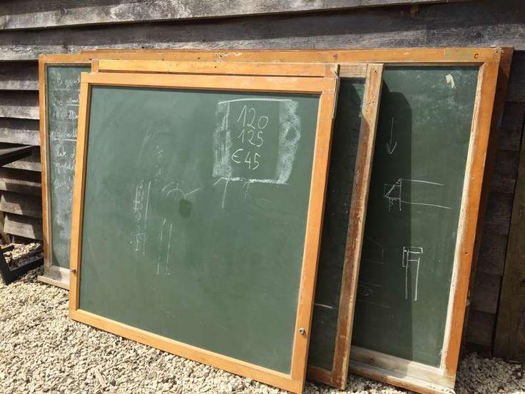 Een schoolbord in goede staat. Het hout verkeerd in een mooie geleefde vintage staat. Prachtig om bijvoorbeeld in een restaurant of bar het menu op te schrijven, of gewoon als mooie deco thuis. Eén hoek moet met houtlijm terug vastgezet worden. Vandaar de prijs van € 45 Maten: 125cm breed 125cm hoog Prijs: € 45