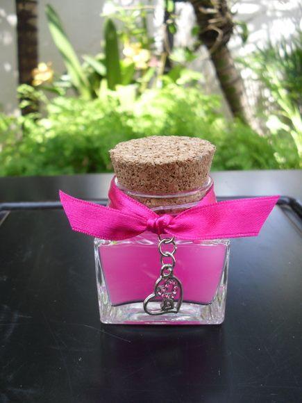 Vela em potinho de vidro, com acabamento em fita de cetim (+ 1 pingente) nas cores magenta, pink, azul. Duração aproximada de 5 horas.  Acompanha 1 saquinho de organza branca. R$ 5,70