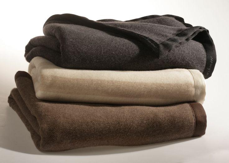 Le coperte in cachemire sono morbide e naturali, così come i loro colori che variano dal panna al nocciola, dal grigio ed al nero. http://www.cashmerewool.it/it/coperte-puro-cashmere.html