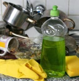 15 Κόλπα για να καθαρίσετε (σχεδόν) τα πάντα στην κουζίνα