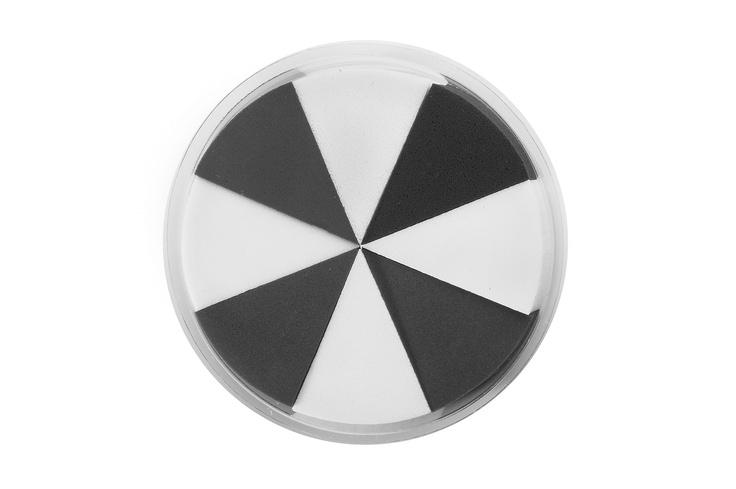 Musta-valkoinen meikkisieni  Pakkauksessa on neljä valkoista ja neljä mustan väristä komiomaista meikkisientä. Komion kärjellä saa meikkivoiteen levitettyä tarkasti silmänurkkiin ja nenänpieleen.
