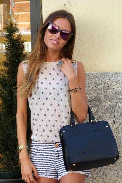Marta Carriedo con bolso de piel negro, gafas y anillo de Imagine accesorios