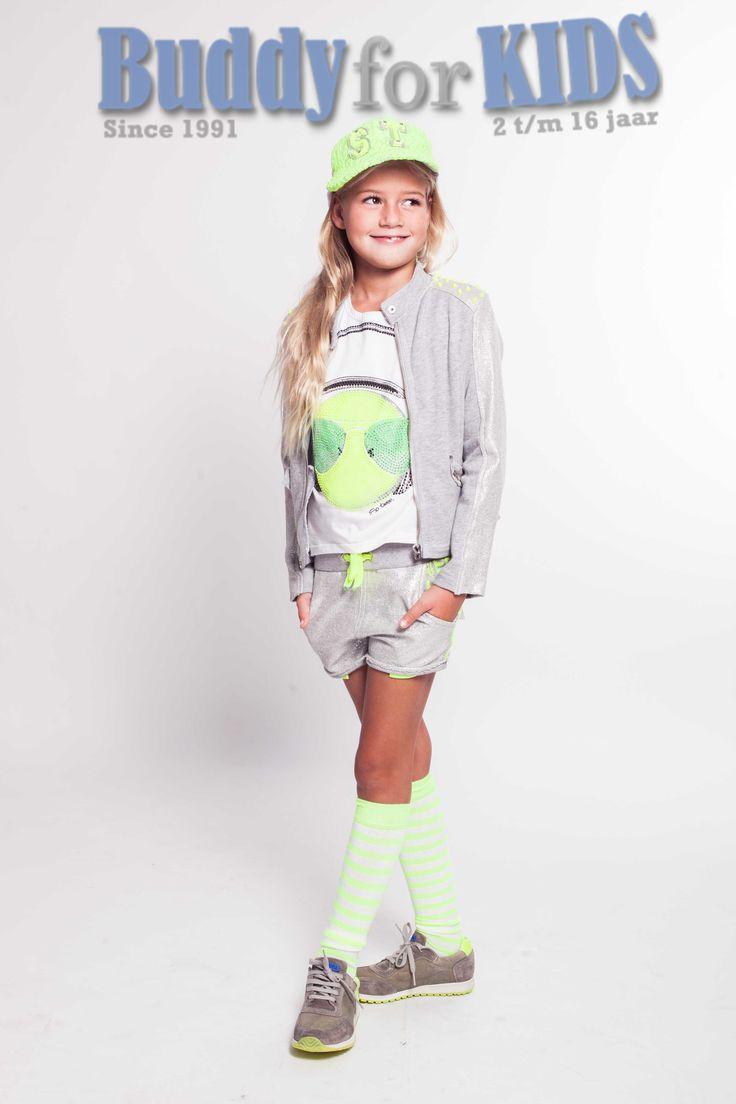 https://www.buddyforkids.nl/miss-grant-so-twee.html T-shirt van Miss Grant voor de zomer 2015. Op de voorkant een fel gele/groene print van een leuk mannetje met headphones en strass steentjes. De mouwen zijn erg kort, het shirt heeft een ronde hals.