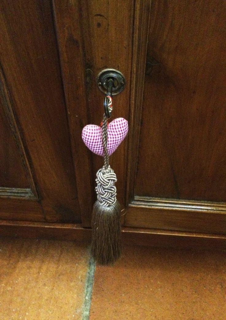 Nappina per chiavi d'epoca originali con ciuffi di seta color tortora e ciondolo a cuore in cotone a quadretti. Progetto e collezione privata di STRA-DE STRATEGIC-DESIGN.
