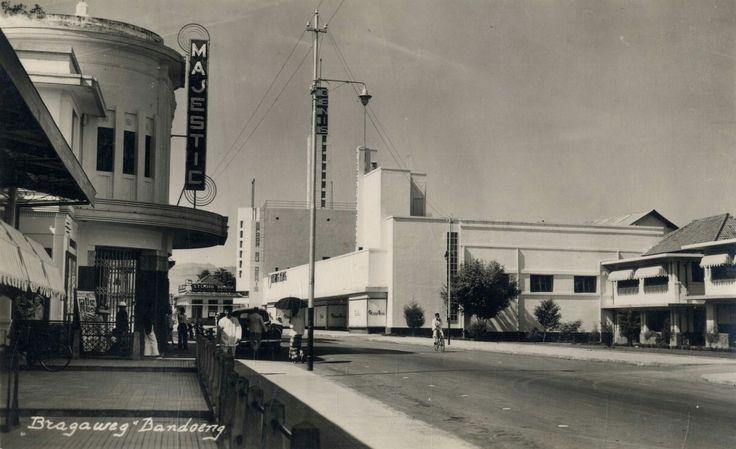 Bioscoop Majestic en Fotohuis Braga aan de Bragaweg te Bandoeng. 1938