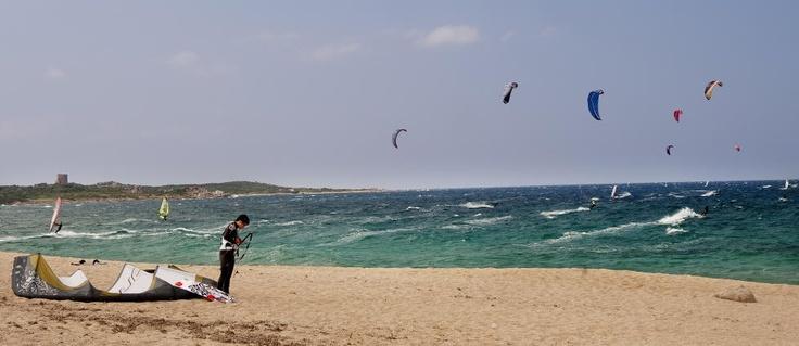 Sardinia er et populært reisemål for en aktiv ferie, og har gode vindforhold for seiling, kiting og vindsurfing som her på Vignola-stranda.  Foto: JOHN TERJE PEDERSEN