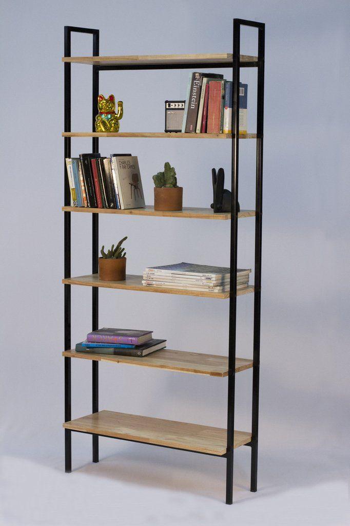 Biblioteca, con estantes de paraiso alistonado macizo de 18mm de espesor y estructura de caño de 2cm x 2cm pintado. Medidas: 185 cm de alto x 80cm de ancho x 30cm de profundidad.