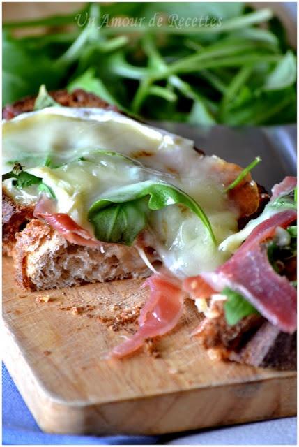 Tartine de jambon cru, roquette, chèvre et miel ~ Un Amour de Recettes #recette #bruschetta. Plus de recettes ici : http://www.ilgustoitaliano.fr/recettes/rechercher/keys-bruschetta