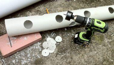 Percez le tube PVC pour commencer à faire le jardin suspendu