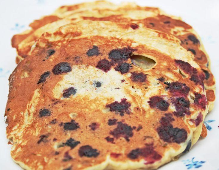"""Dessa blåbärspannkakor som gör frukosten till något extra. Receptet är baserat på ett """"vanligt"""" pannkakerecept men en del av vetemjölet är utbytt mot havregryn för att ge mer mättande pannkakor."""