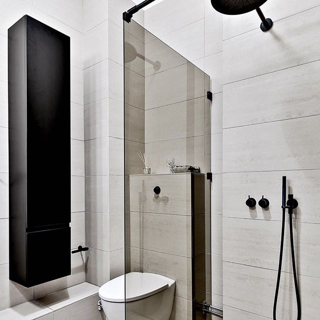 Snygga svarta badrumsdetaljer på Sankt Eriksgatan 97. Eller?? #tillsalu @fastighetsbyranvasastan #fastighetsbyrån #vasastan #badrum #badrumsinspo #badrumsinspiration #scandinaviandesign #scandinavianhomes #interior4all #inredning #inredningsdetaljer