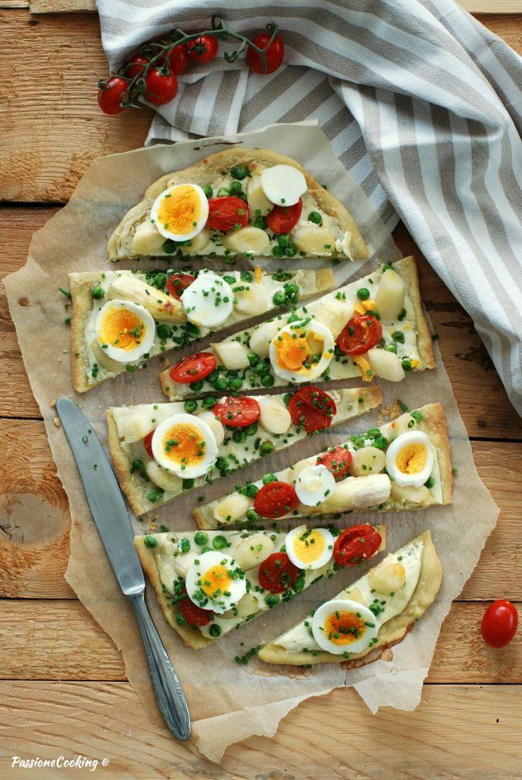Flammkuchen - torta salata con asparagi, uova e piselli Flammkuchen mit Spargeln, Eiern und Erbsen  http://blog.giallozafferano.it/passionecooking/flammkuchen-asparagi-piselli/