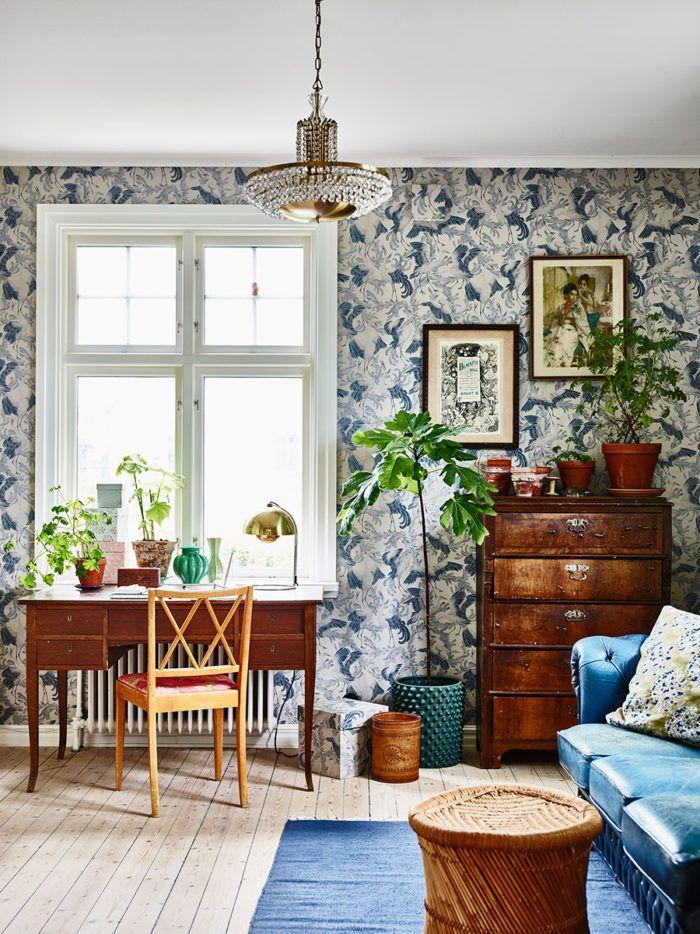 Kontoret är tapetserat med Emma von Brömssens mönster Dancing Crane, Eco Wallpaper. Både skrivbord och byrå är vintage. I taket hänger farmors gamla kristallkrona.