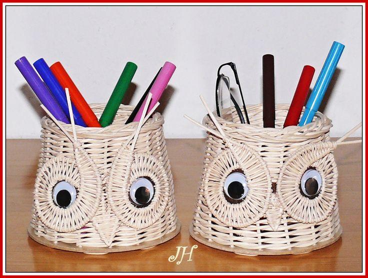 Tužkovník sova Tužkovník je vyroben z přírodního pedigu a pevného dna, oči jsou pohyblivé. Průměr je 12 cm, výška 10 cm.