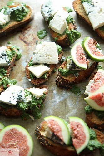 Crostini with Figs, Blue Cheese and Arugula Pesto