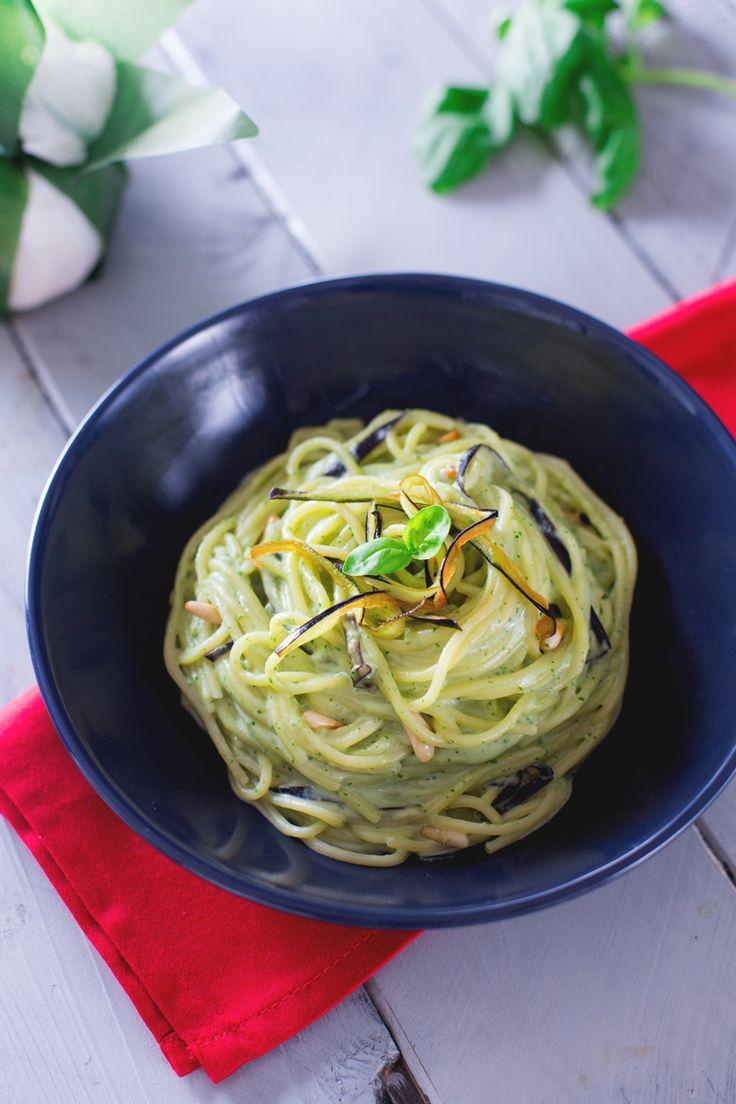 Il profumo delle foglie di #basilico incontra la morbidezza della #burrata in un primo piatto davvero speciale: #spaghetti con crema di burrata e #melanzane! (spaghetti with burrata and #eggplant ) #Giallozafferano #recipe #ricetta #basil #Italy #italian