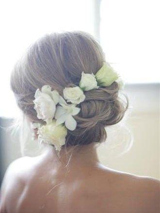 Chignon bas + fleurs