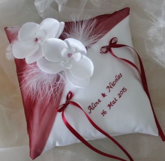 Coussin orchidée porte alliances,mariage, blanc(ou ivoire) et fbordeaux