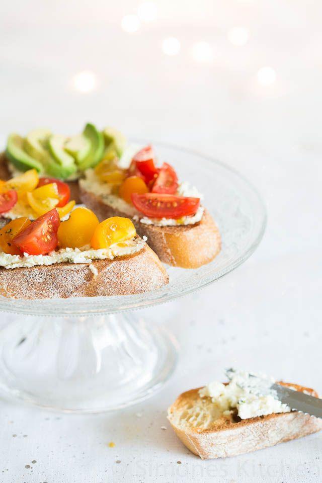 Deze lekkere en makkelijke crostini is met Boursin, tomaatjes en een druppeltje balsamico