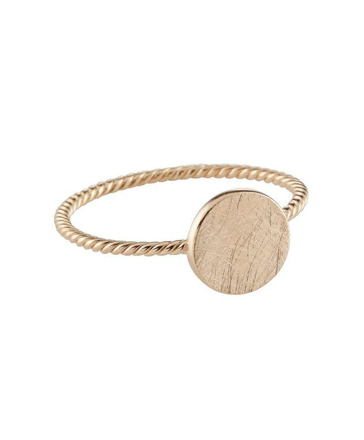 Filigraner Ring mit matt gebürstetem Plättchen. #ring #gold #schmuck