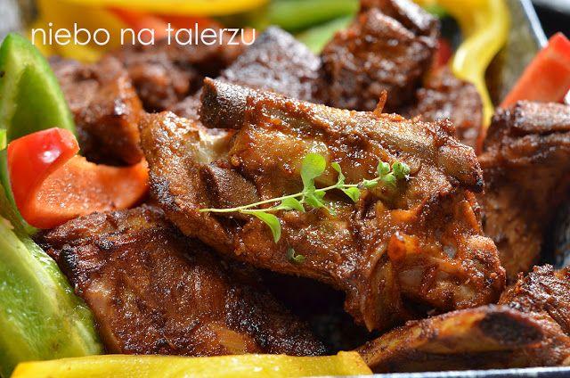 Żeberka pieczone, miękkie mięso rozpływające się w ustach, delikatne, przyrumienione, brązowe, idealne na obiad i przyjęcia.