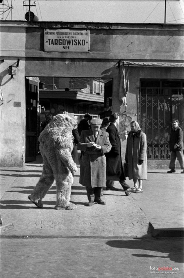 Wejście na Bazar Różyckiego   w 1956 r.    fot. Jan Kosidowski