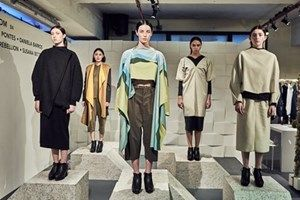 VOGUE PORTUGAL: Na LFW com o Portugal Fashion, as peças de Carla Pontes brincaram com as estruturas (ou a falta delas) em propostas dinâmicas, fluídas e com cortes assimétricos.