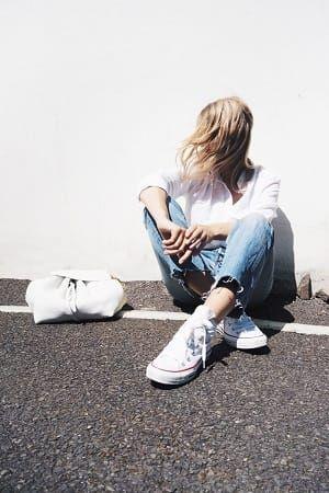 白シャツとボーイフレンドデニムとコンバース白スニーカーコーディネート