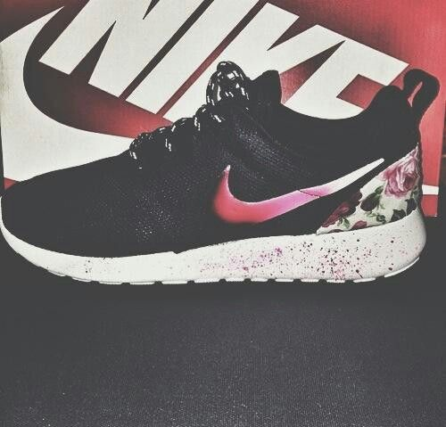 EUC Nike roshe runs EUC Nike Roshe runs size 7 youth I bought these hoping  I could fit in them because this color is not made in womens but sadly  theyre too ...