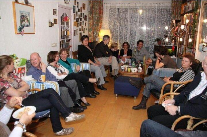 Typisch hollands is in een kring zitten ter gelegenheid van een verjaardag.