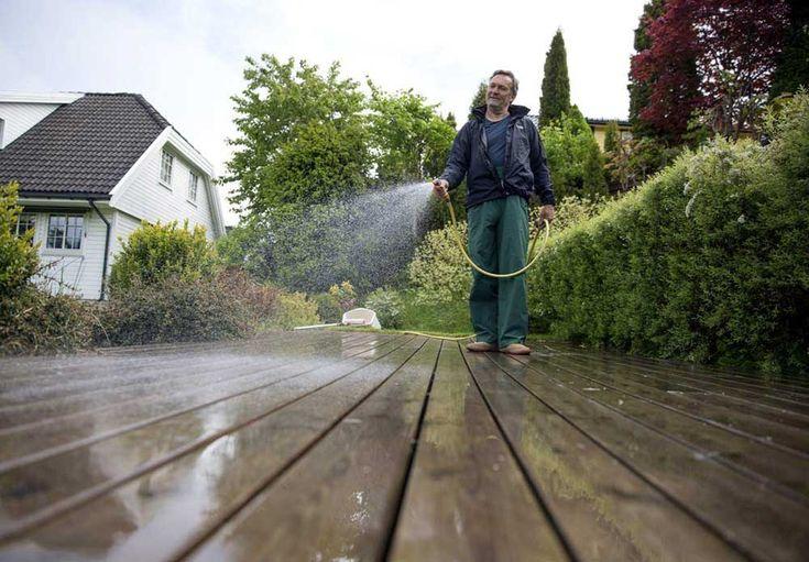 Det er fristende å bruke høytrykksspyler til å rengjøre plattingen eller terrassen. Men denne metoden er mye mer skånsom!
