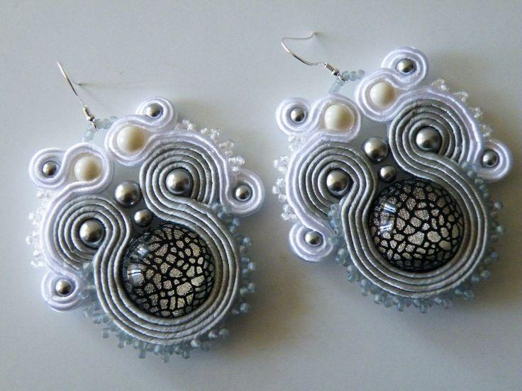 Orecchini Soutache grigio-bianco con perle Swarovski, perline Toho e monachella in argento 925
