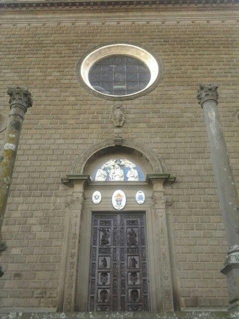 Il portale centrale. Lunetta di Andrea della Robbia