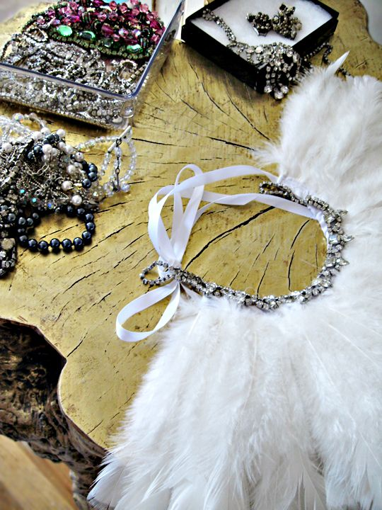 Very cool feather necklace! which (for the fashion fearless)  can serve as a chic bracelet/anklet.