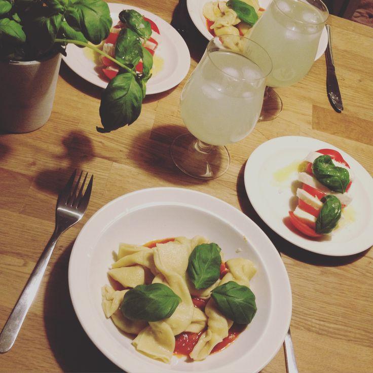 Egengjord pasta fylld med gorgonzola, ricotta, schalottenlök, päron.