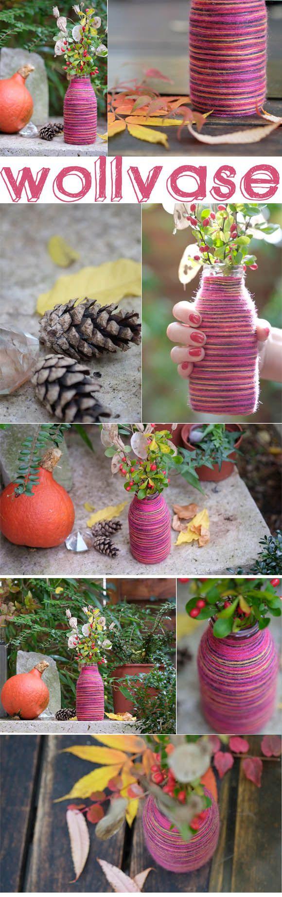 Wir machen aus einer alten Glasflasche eine flauschige Vase – HALLO HERBST! Für die DIY-Anleitung bitte HIER entlang!