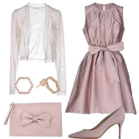 Questo abito, di raso con sottilissime righe in rosa e nudo, con fiocco e a ruota, è abbinato a décolleté in ecopelle, scaldacuore rosa pallido trasparente, pochette di pelle con fiocco e orecchini di ottone, con zirconi.