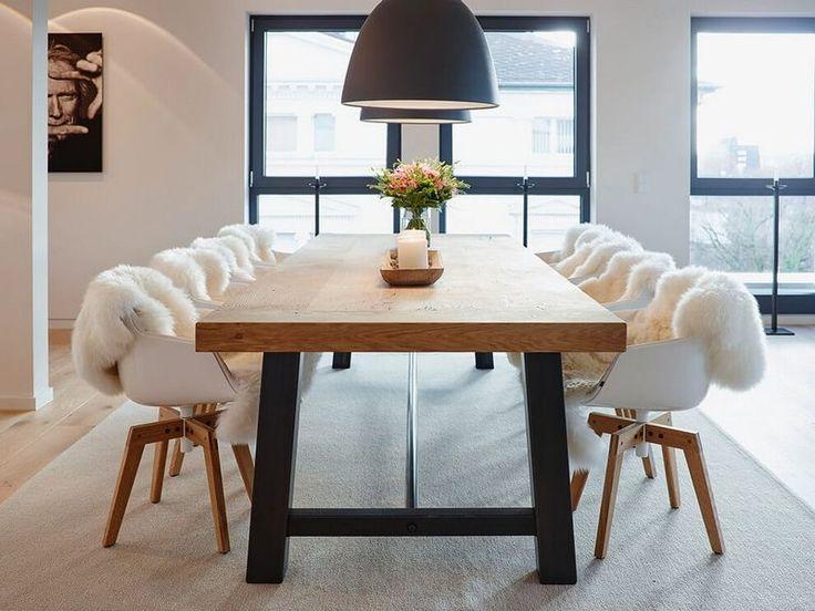 meubles blanc et bois clair et suspensions noires dans la salle à manger ouverte design