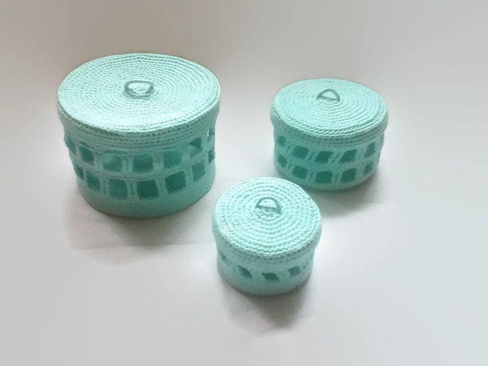ELKA -  to komplet ażurowych puzderek, które mieszczą się w sobie jak matrioszki. Każde z 3 puzderek: małe, średnie i duże zostały wydziergane z wysoko gatunkowej bawełny, a następnie w celu usztywnienia ich – zostały wykrochmalone. Splot pudełek jest prosty, a efektowny ażur sprawia, że komplet ten staje się oryginalnym dodatkiem każdego pomieszczenia.