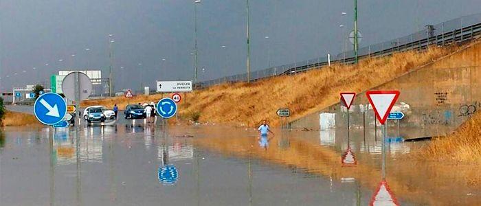 """Hace unos días en Sevilla pudimos contemplar las primeras lluvias de la temporada. Y aunque el típico refrán diga aquello de que """"la lluvia en Sevilla es una maravilla"""", cuando la lluvia se presenta de forma torrencial en tormentas y añadimos que son las primeras aguas tras meses de verano, el resultado es casi un centenar de incidencias entre la Capital y su área metropolitana."""