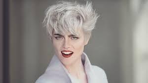 Risultati immagini per tagli cortissimi per capelli grigi da donna