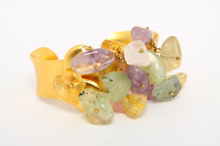 Brazalete en peltre enchapado en oro de 24 k con amatistas, jade ,cuarzo rosado y citrino. By Andrea Nontien.